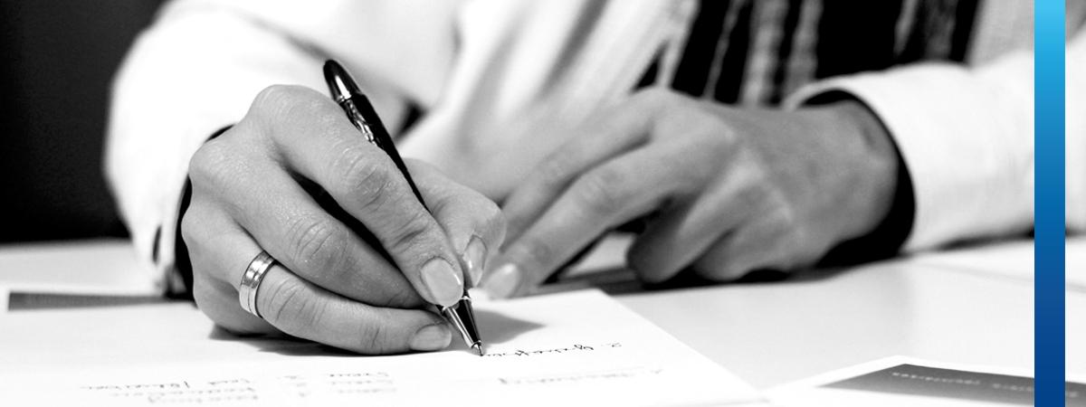 Schwarz-weißes Bild, Frau schreibt mit Füllfeder auf weißes Briefpapier