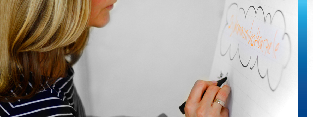 Frau schreibt auf mit schwarzem Stift Flipchart